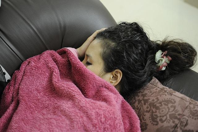 Spát dlouhodobě na sedačce je nezdravé.